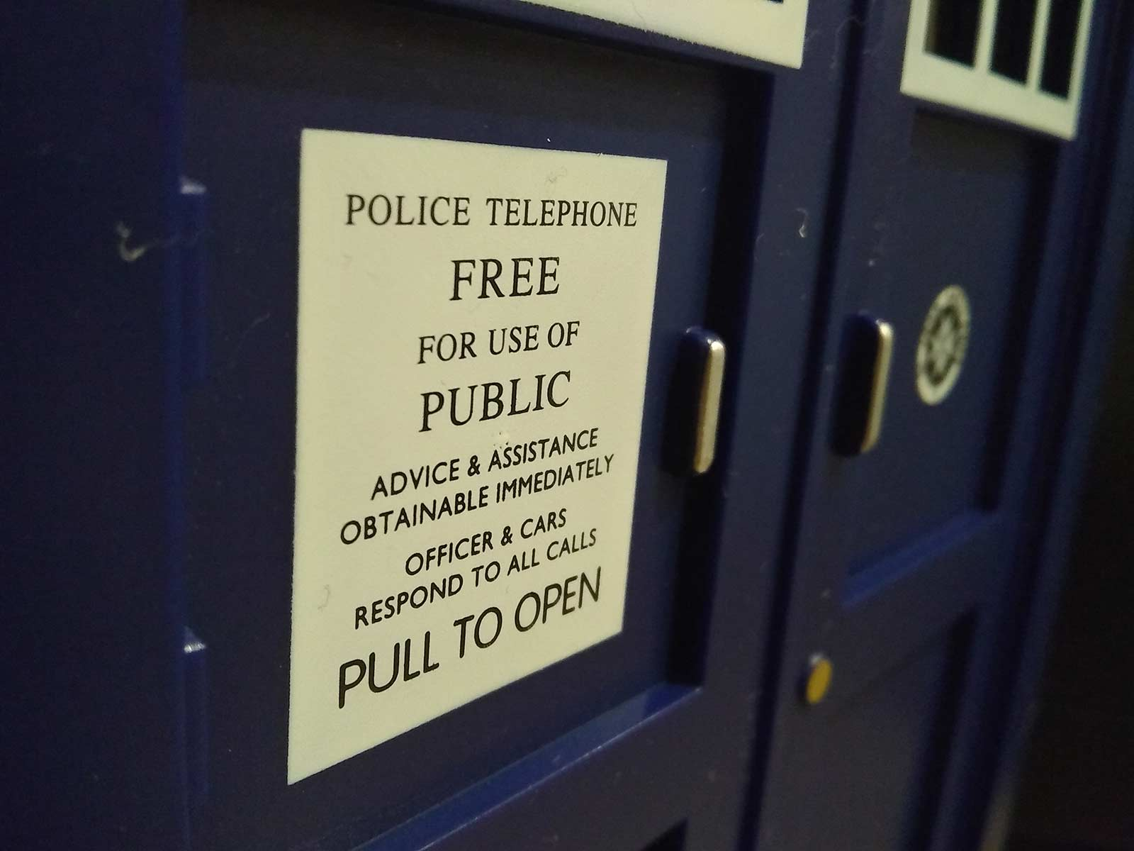 tardis trash can sign